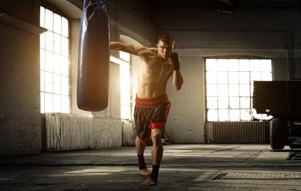 Ein junger Boxer beim Training