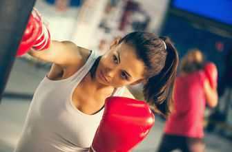 Frau trainiert mit einem Boxsack