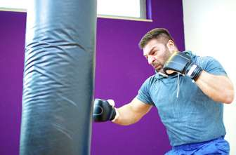 Mann trainiert mit einem Boxsack