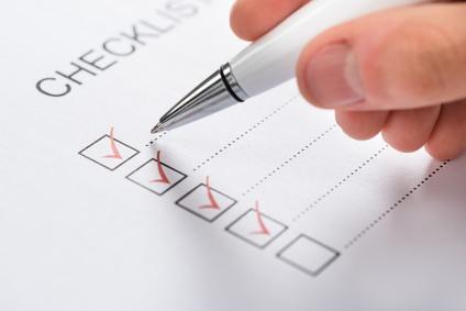 Eine Checkliste und ein Stift