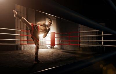 Mann im Ring am Schattenboxen